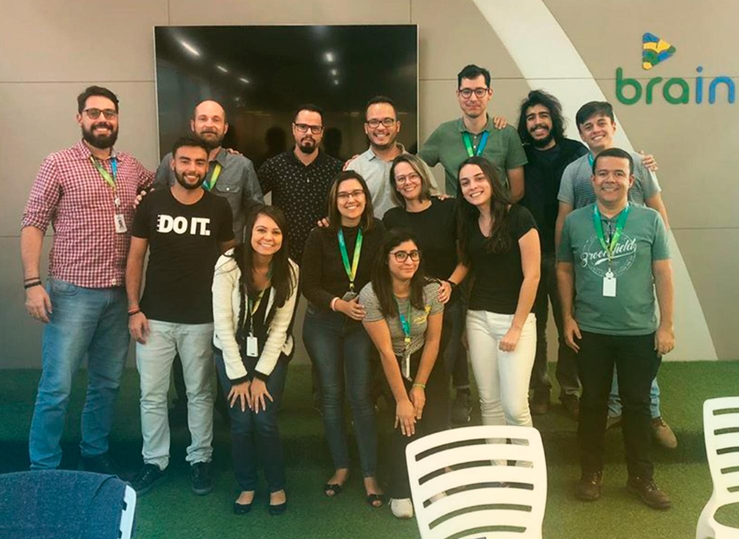 Foto com quatorze pessoas. Entre elas, os participantes do Brain Summer Job 2019.