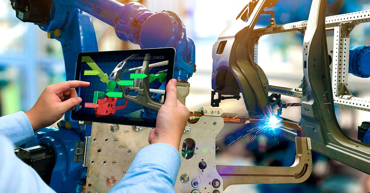 mão segurando um tablet com uma solução de mobilidade industrial