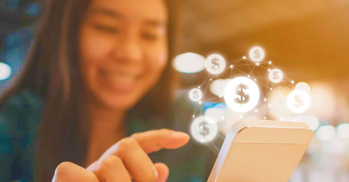 imagem de uma mulher com celular na mão que representa uma solução de pagamento digital