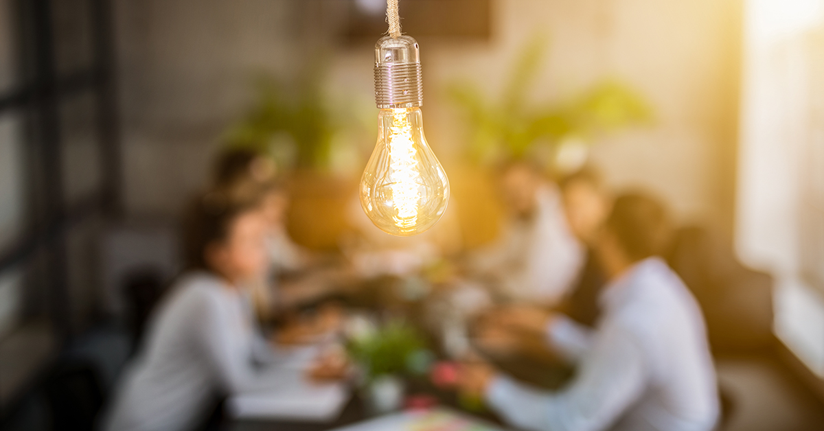 imagem com lâmpada e pessoas representando uma solução de startups
