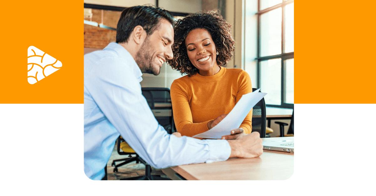 Foto de um homem e uma mulher conversando em um escritório, representando o conceito de customer centric.